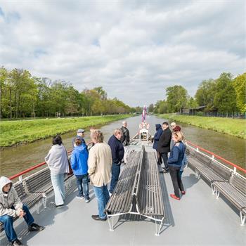 Spokojení návštěvníci na přední palubě
