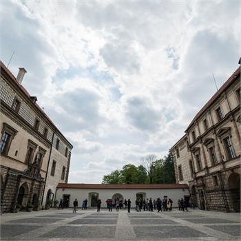 Nádvoří zámku Nelahozeves