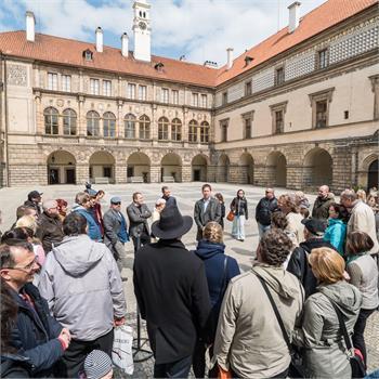 Návštěvníci obdivují krásy zámku