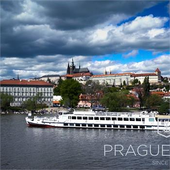 Cecílie boat with panorama of Prague Castle
