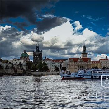 Loď Cecílie pluje centrem Prahy