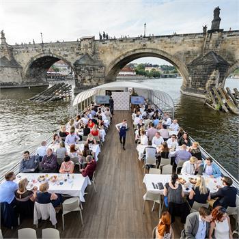 Vyhlášení nejlepších florbalistů sezóny přímo pod Karlovým mostem