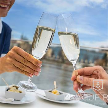 Cruise with a glass of prosecco and small refreshment
