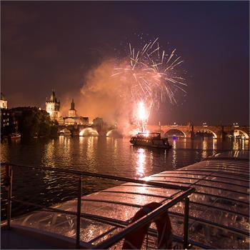 Ohňostroj v Praze na Vltavě