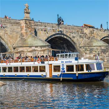 Loď Lužnice u Karlova mostu