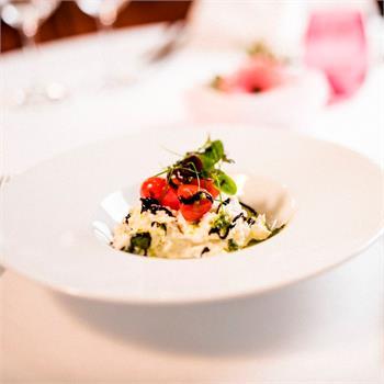 Salát caprese - mozzarella di bufala, cherry rajčátka a domácí pesto