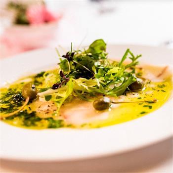 Carpaccio z mečouna s olivovým olejem a citrónem