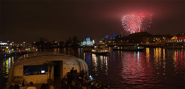Novoroční ohňostroj z Vltavy